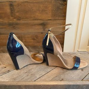 EUC BCBG strapped wedge 8.5 patent navy/tan suede